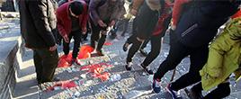 山东香客扎堆祈福 台阶撒满钱成金街