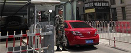 北京小区保安穿军装站岗 物业拒回应