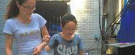脑瘫女生获高考延时 靠母背扶上学