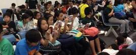 日本学生泰国机场候机时集体看书