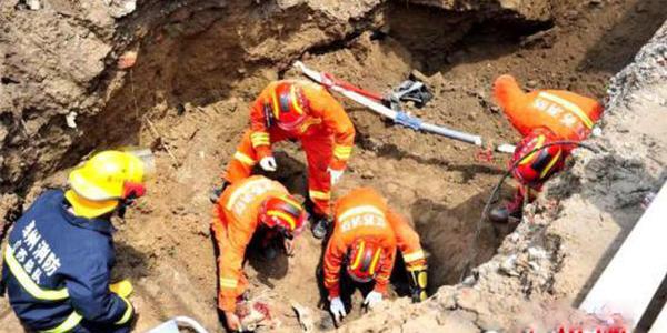 工地塌方 消防员徒手刨出被埋工人