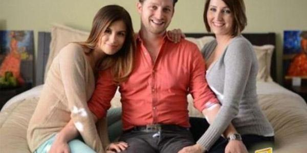 帅哥与两个女友一起睡在特制大床上
