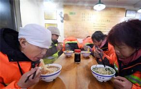 兰州9000名环卫工人享受免费牛肉面早餐