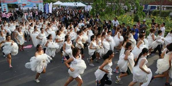 新娘街头提裙狂奔 场面震撼引围观