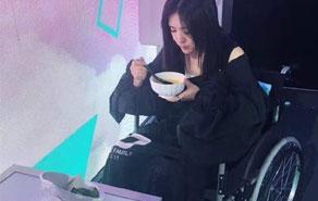 谢娜坐着轮椅下班 看起来好憔悴