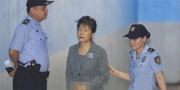 罕见!朴槿惠出庭未戴发卡 白发凌乱