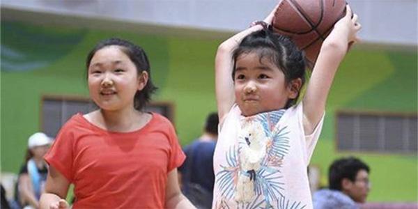 姚明7岁女儿身高已超1米9叶莉的腰