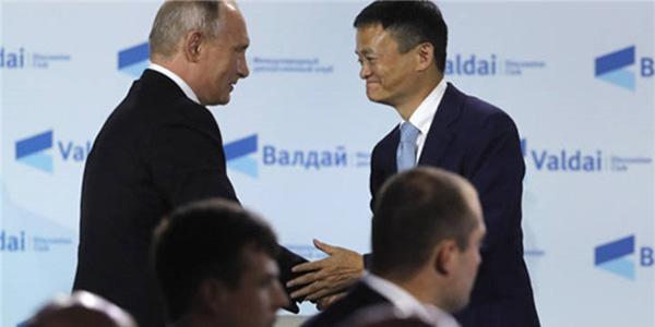 马云在俄出席活动 与普京亲切握手