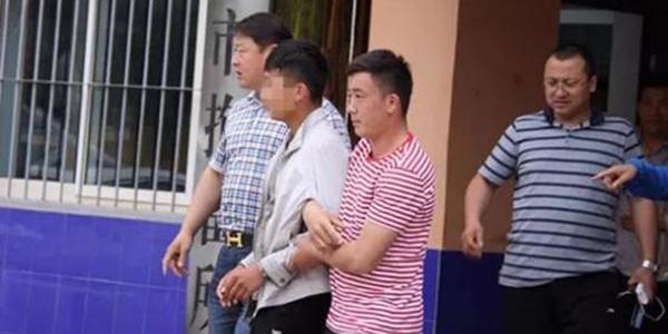 男子踩成吉思汗挂像 上传视频获刑