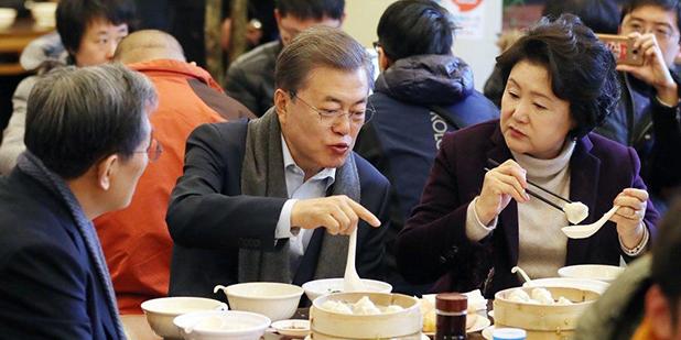 文在寅夫妇在北京吃油条喝豆浆,体验手机付款