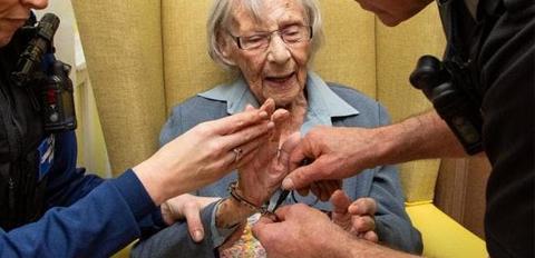 104岁老人因1个愿望被警察逮捕
