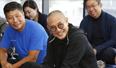 54歲李連杰頭發花白皺紋重 抱腿坐接地氣