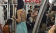 女子穿露背装乘地铁 后背上写的字竟引起公愤