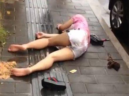 女子街上晕倒被众人围观 醒后一句话让人脸红
